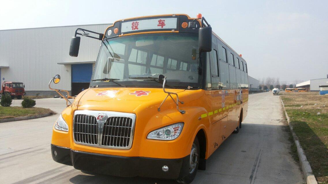 幼儿园客车送孩子发生事故 核载11人实载34人分享