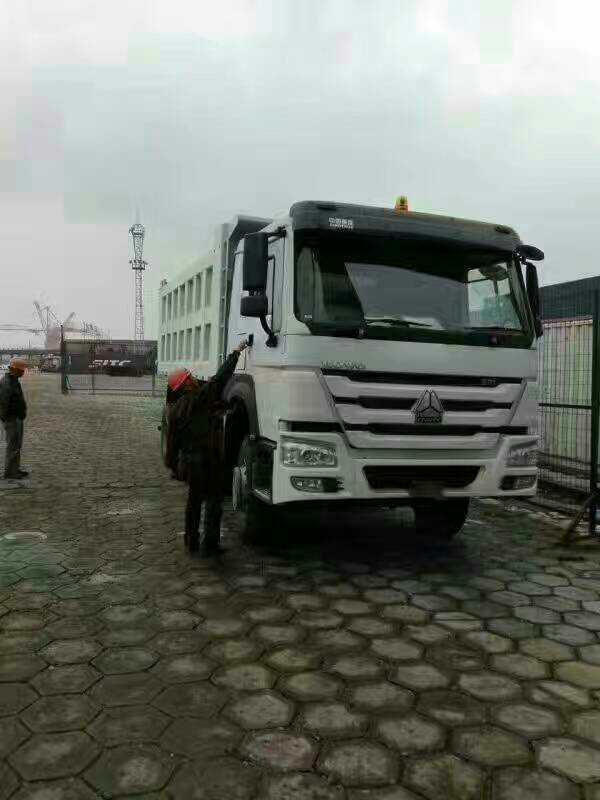 豪沃右置5.4米自卸车,出口用