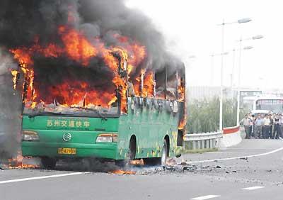 客车着火时掌握这些逃生方法可能会救你一命