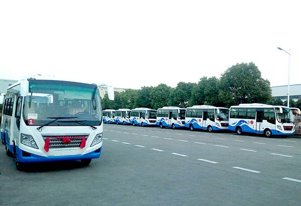 华新牌6米空调客车批量发往河南