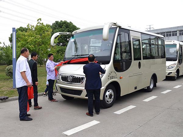 华新牌19座空调客车批量发往河南南阳