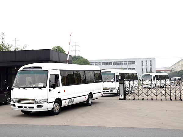 华新牌考斯特新造型31座豪华客车批量出口海外