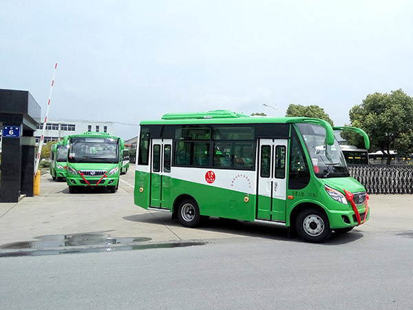 华新牌6米双开门公交车批量发往河南
