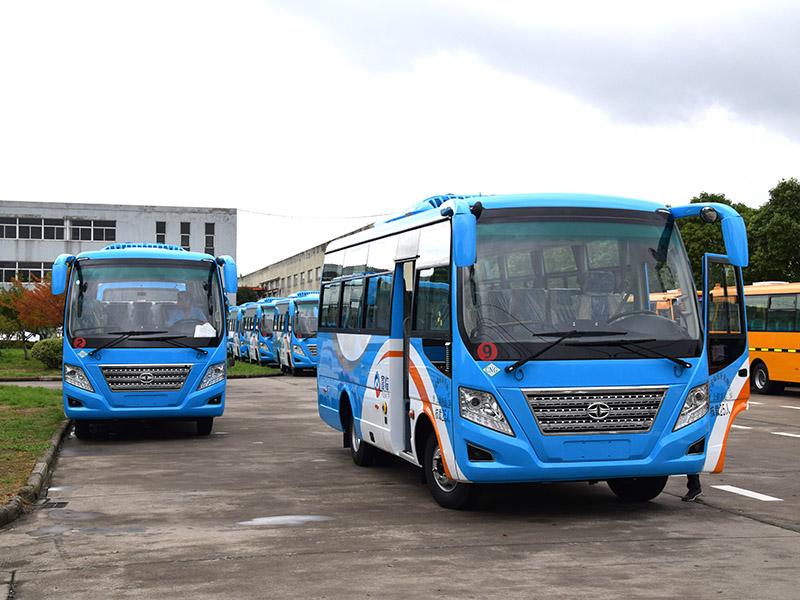 华新牌6米19座天然气空调中巴客车批量发往四川