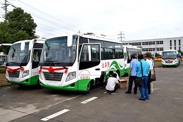 华新牌6米19座空调客车再次批量发往河南信阳