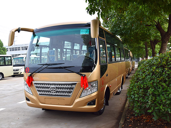 华新牌6米19座客车批量发往河南濮阳