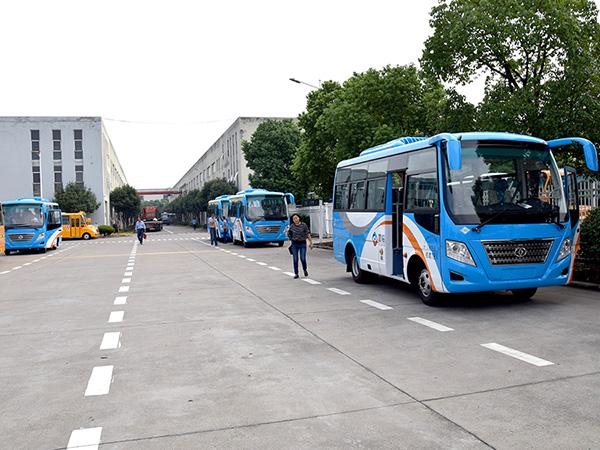 华新牌6.7米天然气客车批量发往四川