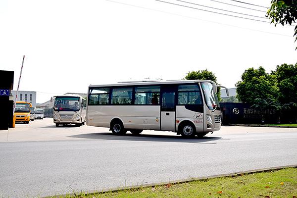 华新牌7.3米中级公路客车批量发往河南南阳