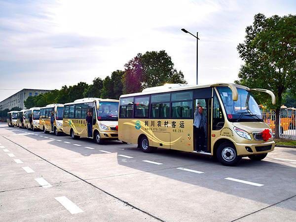 华新牌7.4米中型中级空调客车批量发往湖北