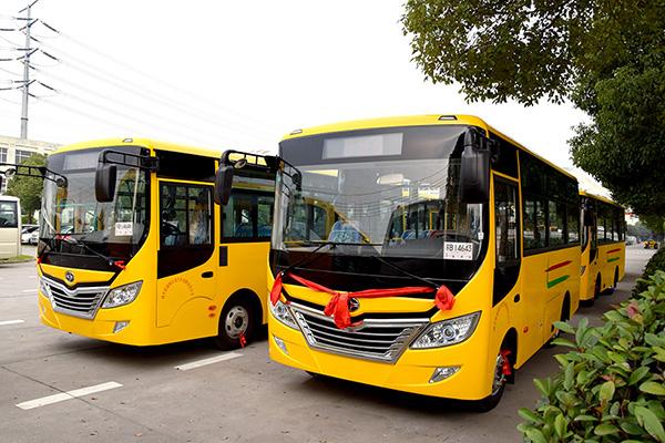 华新牌6米、7.3米双开门公交车批量发往河南南阳