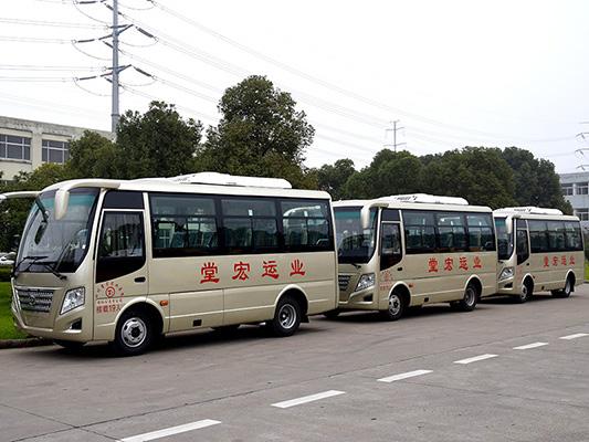 华新牌6米19座天然气客车批量发往四川绵阳