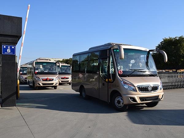 华新牌6米19座半长头中级客车批量发往洛阳