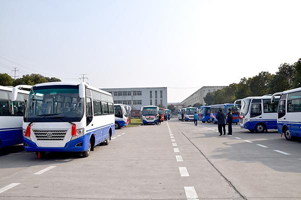 华新牌6米19座小型中级客车批量发往山东