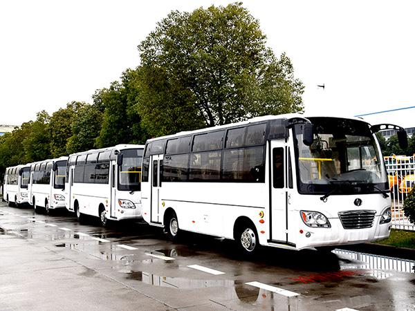 批量华新牌7.3米25座客车出口南美