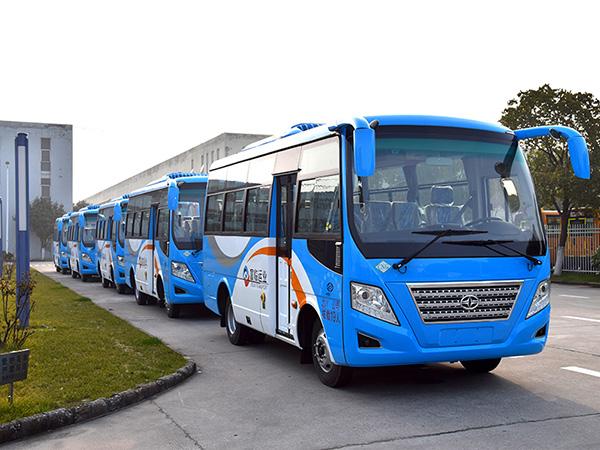 华新牌6米19座天然气客车批量发往四川