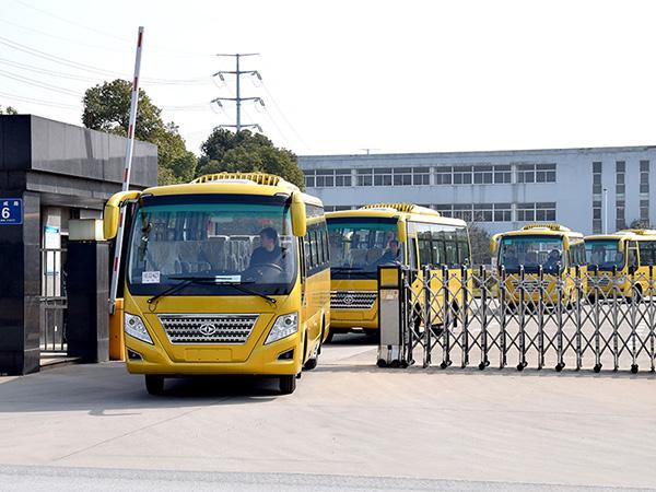 华新牌6.7米25座中型中级空调客车批量发往湖南