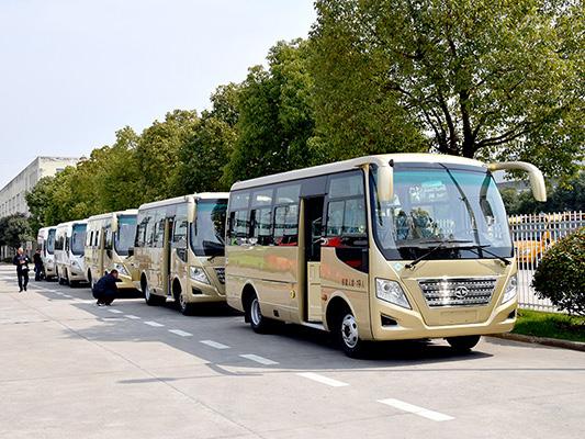 华新牌6米19座天然气客车批量发往新疆
