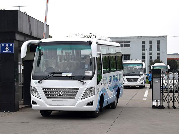 华新牌7.4米29座天然气中级客车批量发往四川