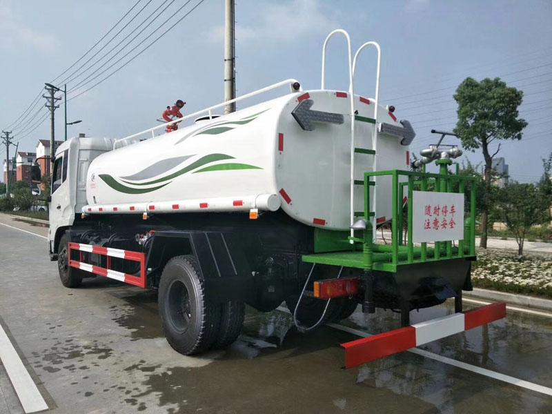 15吨豪华东风天锦康机180马力洒水车已下线发车了