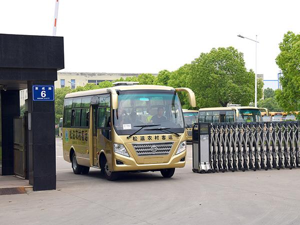 华新牌6米19座 新标准 客车再次批量发往湖北