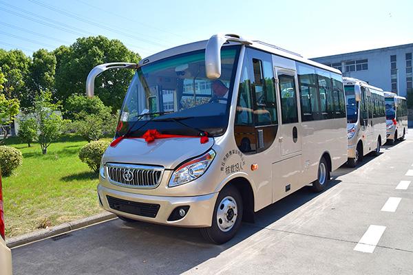 华新牌6米19座半长头中级客车批量发往河南