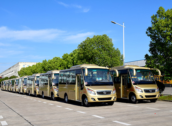 20輛華新牌6米19座半長頭小型中級客車發往河南