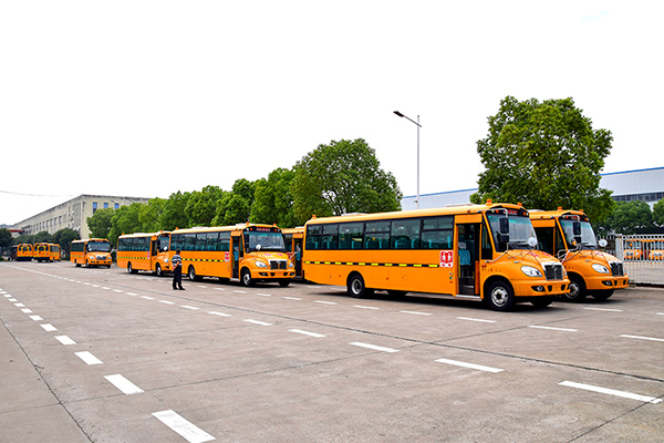 華新牌9.5米51座小學生專用校車批量交付客戶