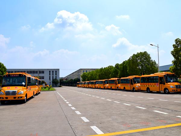 华新牌7.6米41座小学生专用校车批量发往辽宁