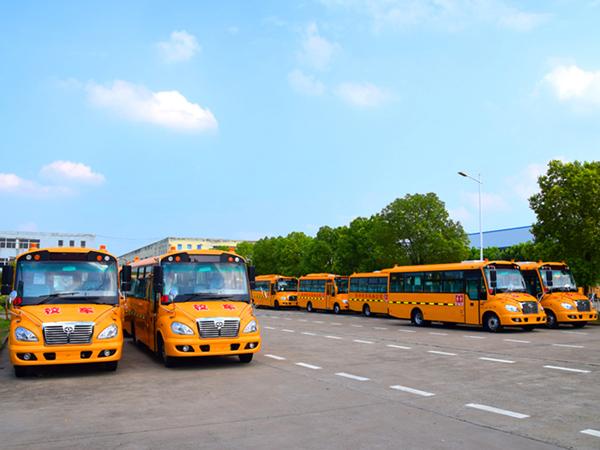 华新牌7.6米41座小学生专用校车批量发往河北