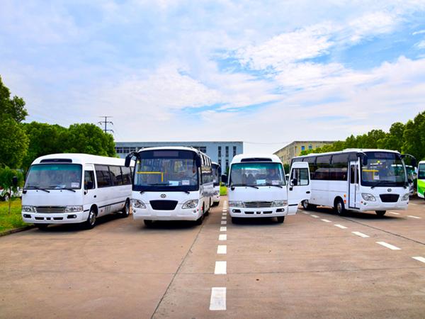 华新牌7.3米25座客车批量出口海外