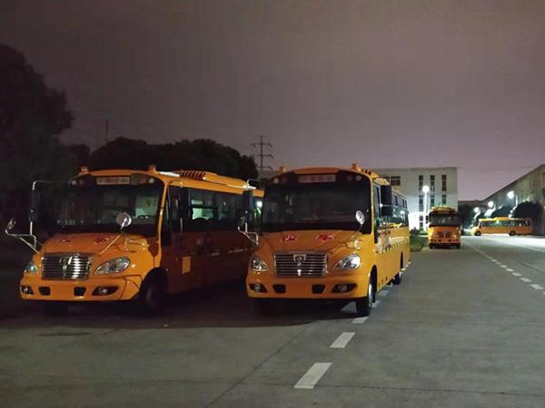 华新牌9.4米56座小学生专用校车批量发往山东