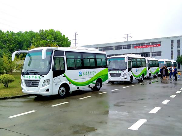 华新牌19座空调客车批量发往湖北