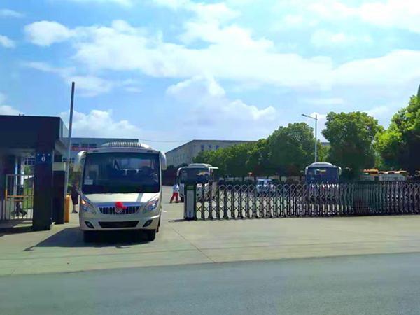 华新牌6米19座半长头空调客车批量发往河南