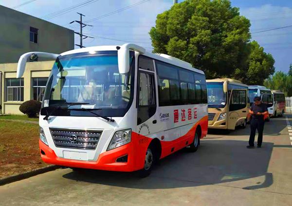 华新牌6米19座小型中级空调客车批量发往新疆