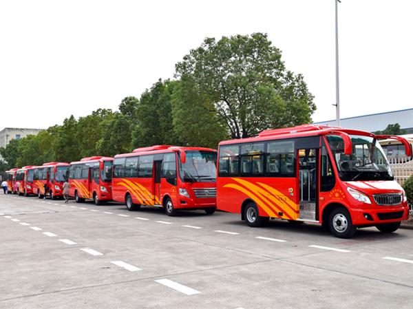 华新牌28座中级空调客车批量发往陕西