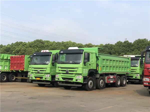 中国重汽豪沃380马力8X4驱动6.8米车厢自卸车