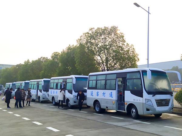 华新牌6米19座小型中级客车批量发往陕西