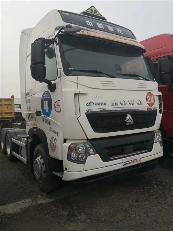 中国重汽豪沃T7H危化品牵引车