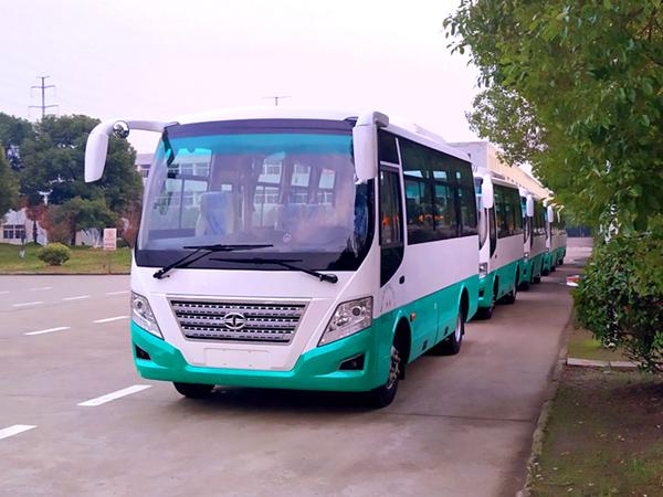 华新牌6米19座小型中级空调客车批量发往浙江杭州