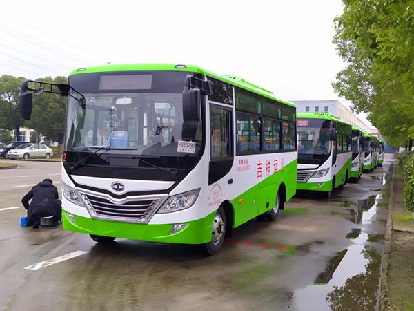 华新牌6米15座双开门公交车批量发往贵州