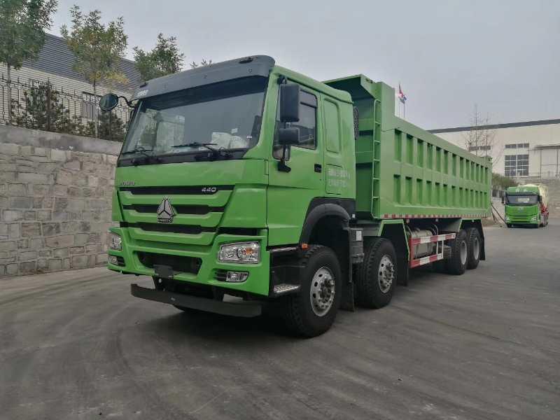 重汽豪沃8米6自卸車440馬力綠色