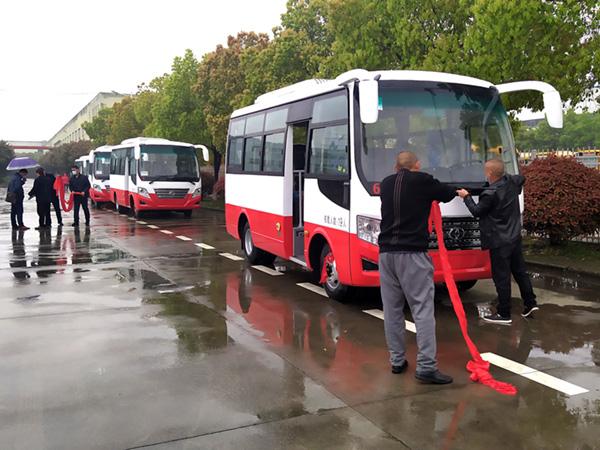 华新牌6米19座小型中级客车批量发往河南