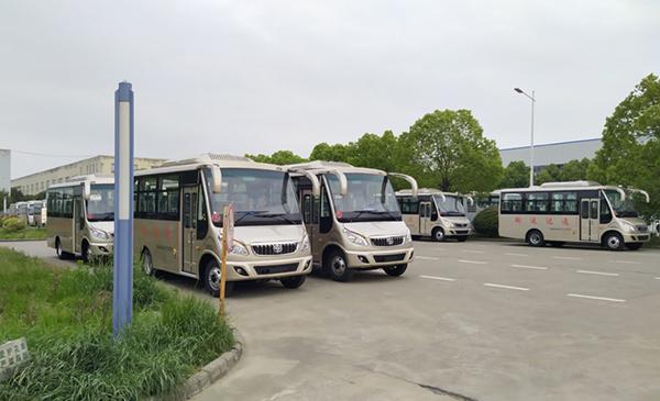 华新牌6米19座半长头小型中级客车批量发往河南