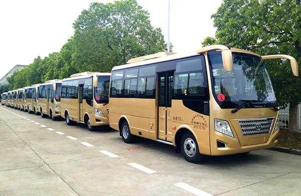 华新牌6米19座小型中级空调客车批量发往湖南