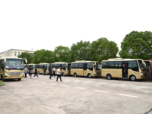 华新牌6米19座小型中级空调客车批量发往河南