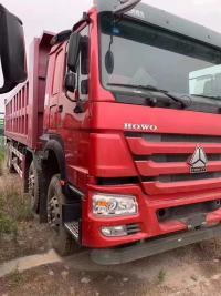 重汽豪沃自卸车8.8米大箱火红色三层大架