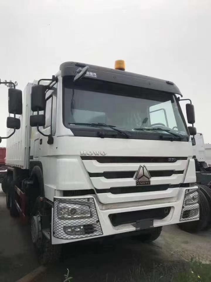 出口版豪沃国二5.6米自卸车白色