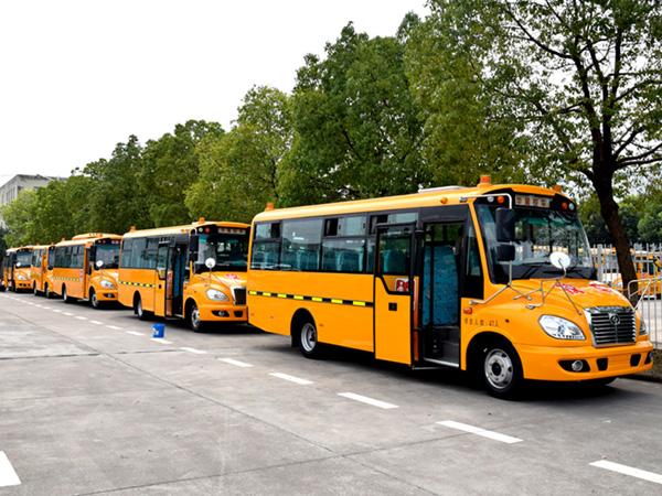華新牌7.6米41座小學生專用校車發往河北