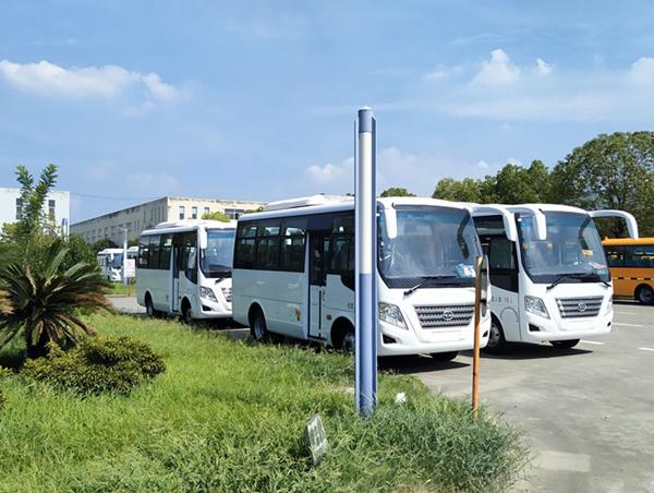 華新牌6米19座國六中級客車批量發往河南