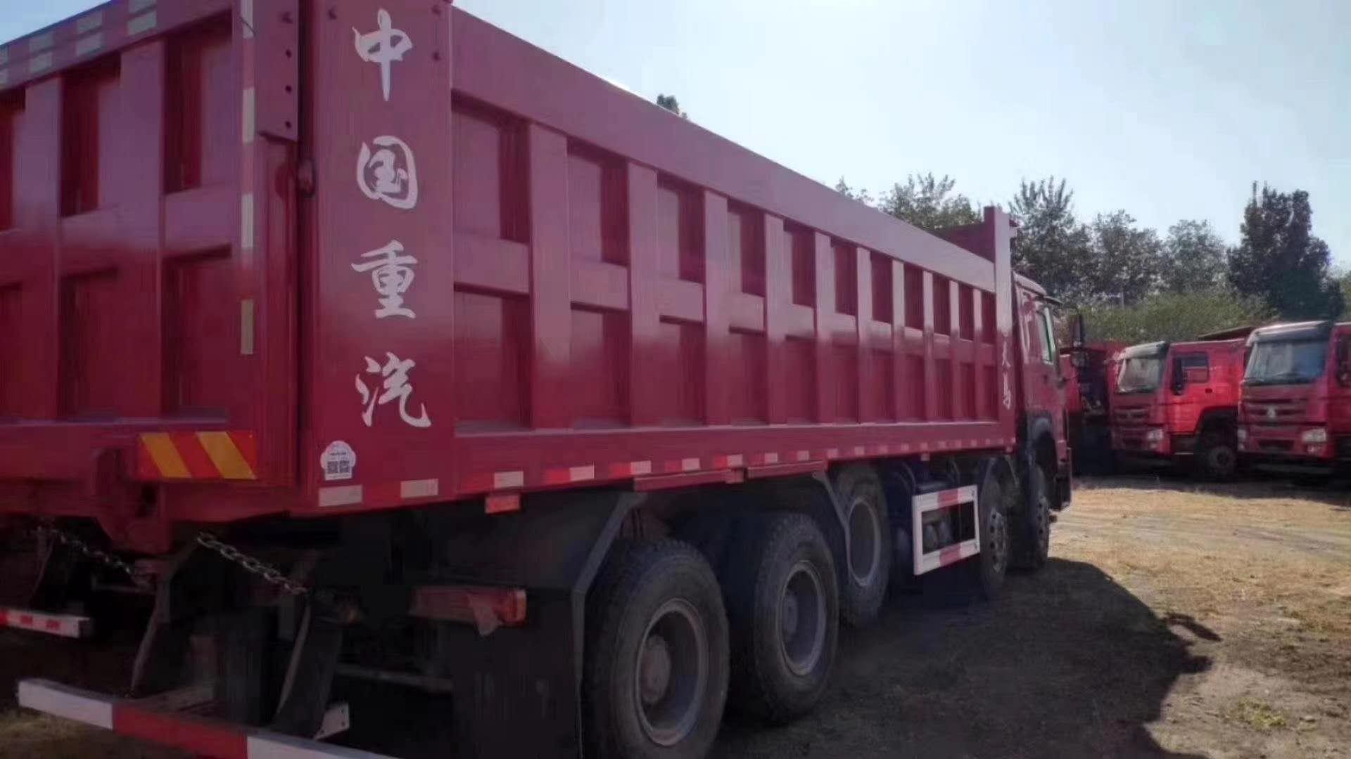 重汽豪沃8.8米自卸车火红色440马力三层大架